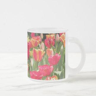 Taza encantadora del vidrio de los tulipanes