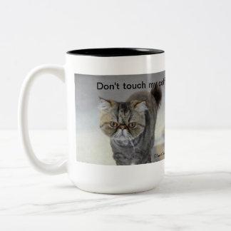 Taza enojada de la cara del gato