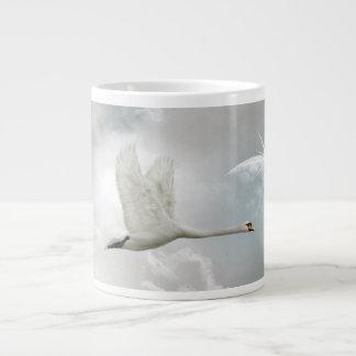 Taza enorme elegante del cisne en vuelo taza jumbo