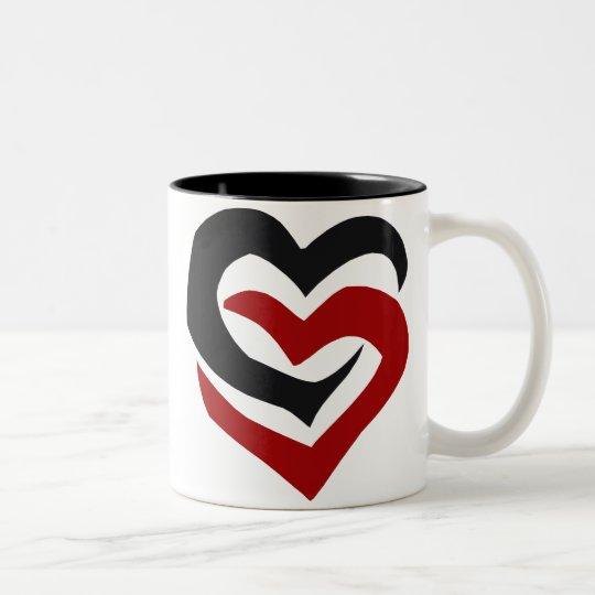 Taza entrelazada de los corazones