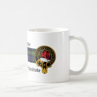 Taza escocesa del escudo y del tartán de MacHardy