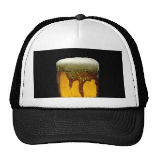 Taza espumosa fresca de cerveza gorro de camionero