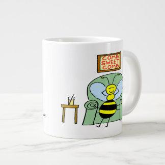 Taza feliz linda del dibujo animado de la abeja taza grande