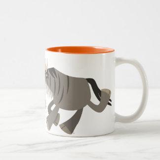 Taza feliz linda del Wildebeest del dibujo animado