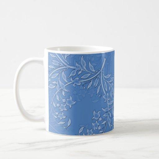 Taza floral azul de las hojas
