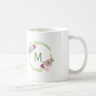 Taza floral del monograma de la guirnalda