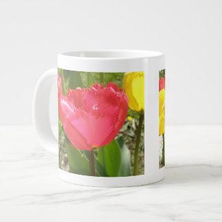 Taza franjada de los tulipanes taza grande