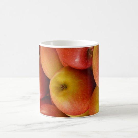 Taza fresca de la taza de café de las manzanas