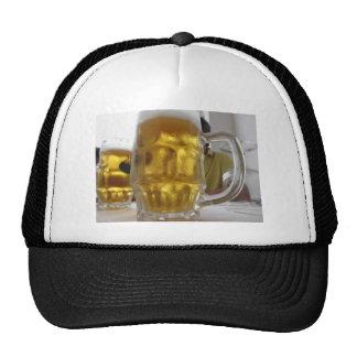 Taza fría de cerveza ligera en la tabla en un gorras