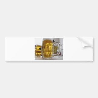 Taza fría de cerveza ligera en la tabla en un pegatina para auto