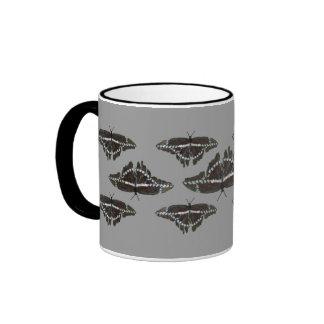 Taza gigante blanca negra de las mariposas de