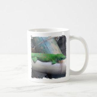 Taza gigante del café con leche del Gecko del día