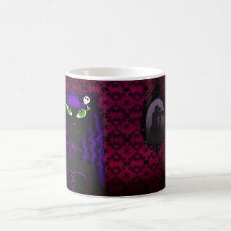 Taza gótica púrpura de la mujer del gato