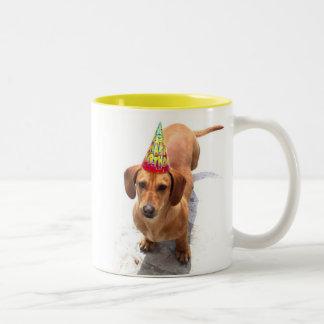 Taza grande del Dachshund del feliz cumpleaños