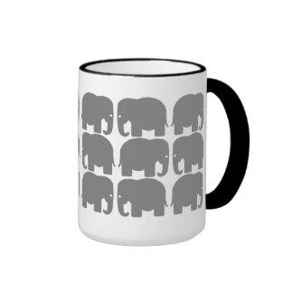 Taza gris de la silueta de los elefantes