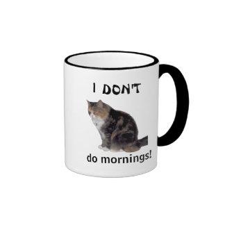 Taza gruñona de la mañana del gatito