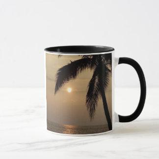 Taza hawaiana del campanero de la puesta del sol