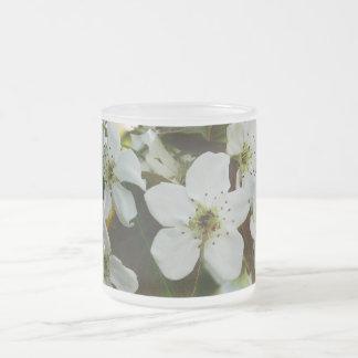 Taza helada de las flores blancas