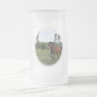 Taza helada del caballo de bahía