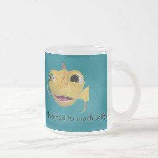 taza helada del coffie con un a pescado lindo en