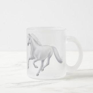 Taza helada galopante del caballo blanco
