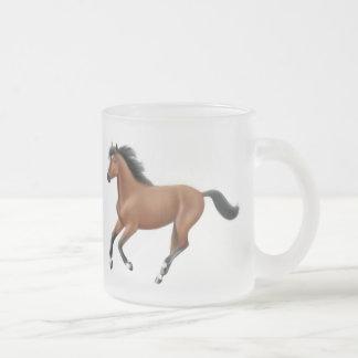 Taza helada galopante del caballo de bahía