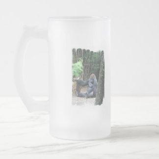Taza helada gorila del Silverback que se sienta
