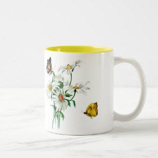 Taza hermosa del vintage con las mariposas y las
