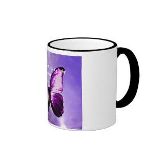 Taza inspirada de la mariposa púrpura del Fibromya
