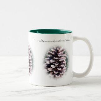 Taza inspirada del cono del pino