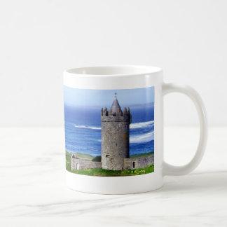 Taza irlandesa del castillo y de la cabaña