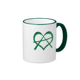 Taza irlandesa del regalo del símbolo del corazón