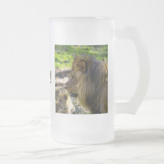 Taza izquierda del león masculino