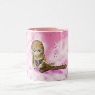 Taza linda de la niña en rosas