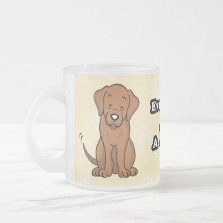 Taza linda de Labrador del perro del dibujo