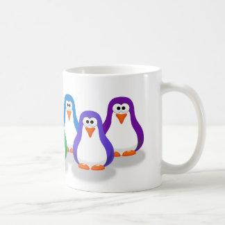 Taza linda de los pingüinos del arco iris
