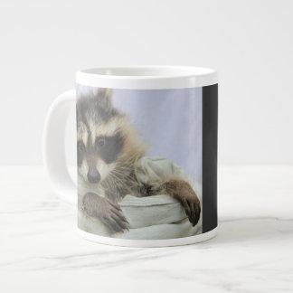 ¡Taza linda del mapache del bebé, mala al hueso!! Taza Grande