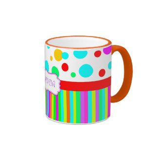 taza, lunares y monograma coloridos de las rayas taza de dos colores