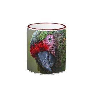 Taza: Macaw militar (campanero) Taza A Dos Colores