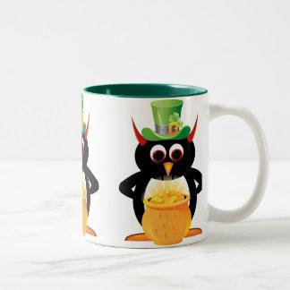 Taza malvada del Leprechaun del pingüino