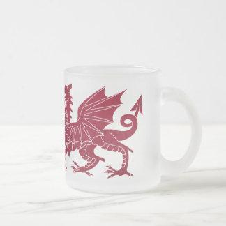 Taza medieval roja del vidrio del dragón de País d
