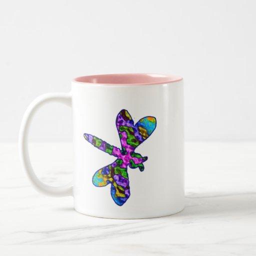 Taza multicolora de la libélula del batik
