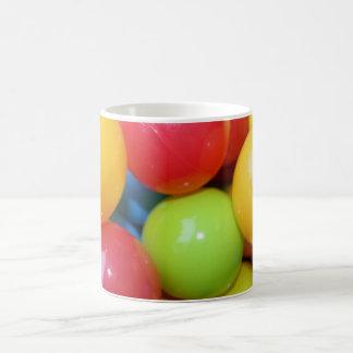 Taza multicolora de las bolas