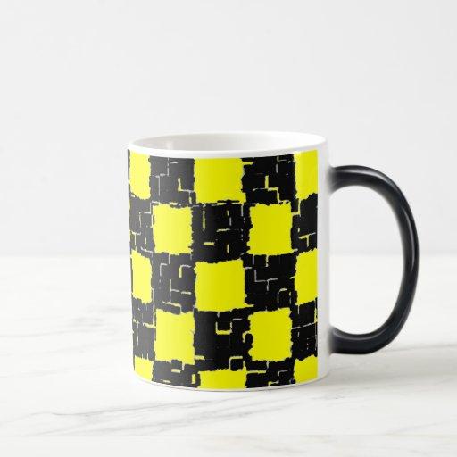 Taza negra y amarilla de la teja