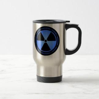 Taza negra y azul del símbolo de la radiación con