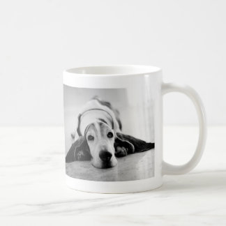 Taza negra y blanca de Basset Hound