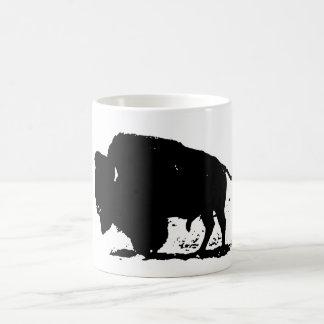 Taza negra y blanca de la silueta del bisonte del