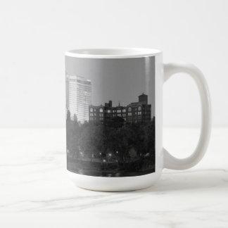 Taza negra y blanca del horizonte de Tulsa