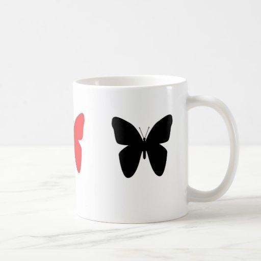 Taza negra y roja de la mariposa