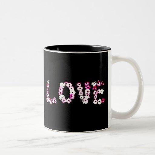 Taza negra y rosada del amor de la margarita de la